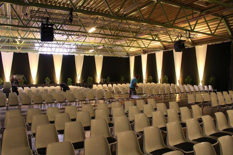 weiße Stühle in einer Halle