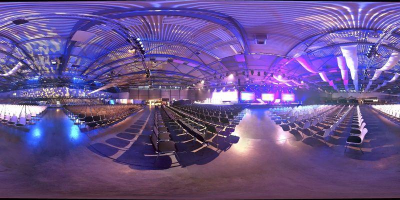 Eine Ansicht der Burgenlandhalle mit Stühlen und Lichteffekten