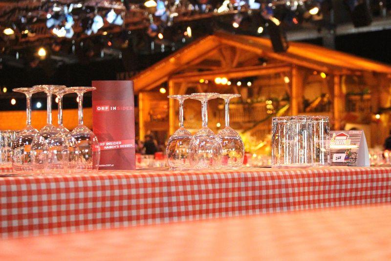 Gläser aufgedeckt auf Tisch mit karrierter Tischdecke