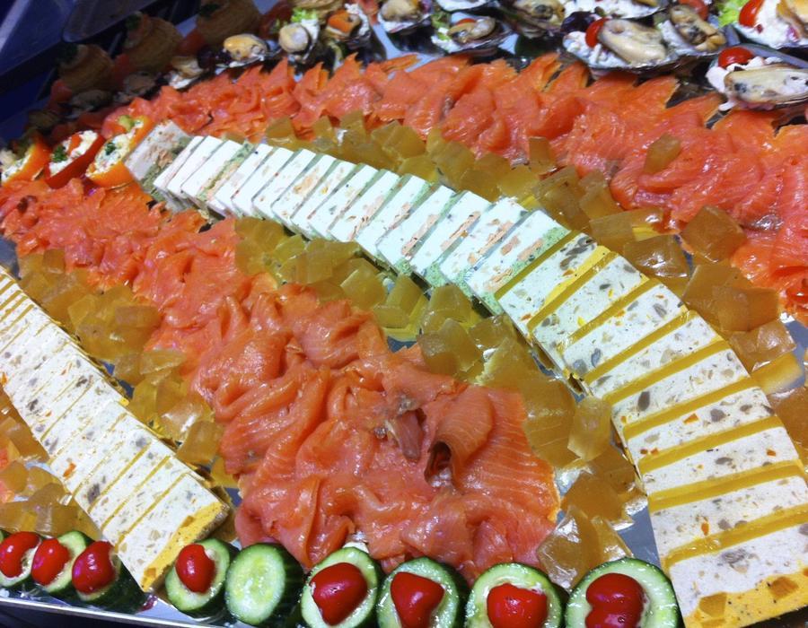 Platte mit Lachs und Käse angerichtet