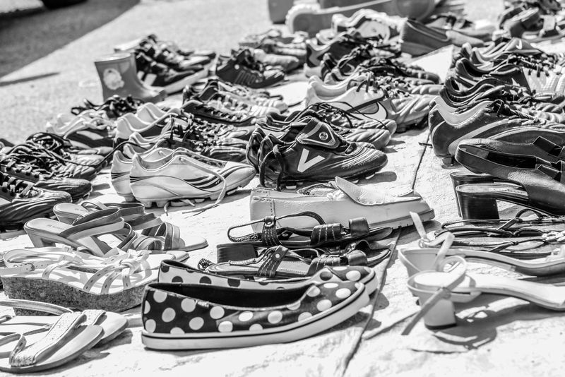 verschiedene Schuhe zu kaufen beim Flohmarkt