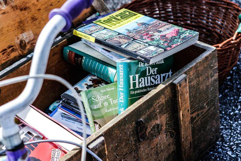 Bücher und ein altes Fahrrad