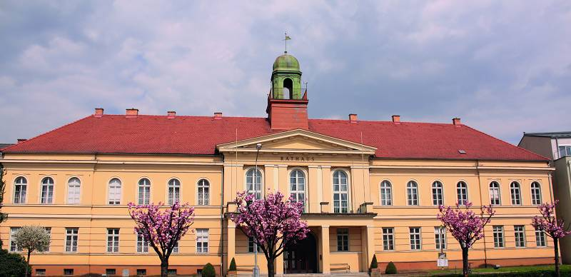Rathaus Oberwart mit gelber Fassade